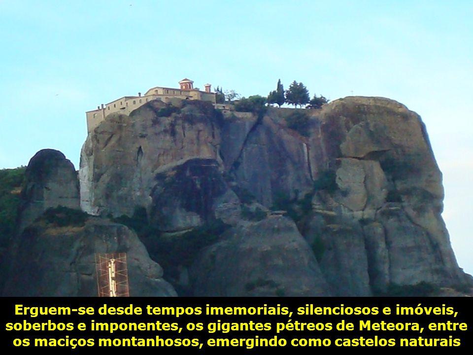 Erguem-se desde tempos imemoriais, silenciosos e imóveis, soberbos e imponentes, os gigantes pétreos de Meteora, entre os maciços montanhosos, emergindo como castelos naturais