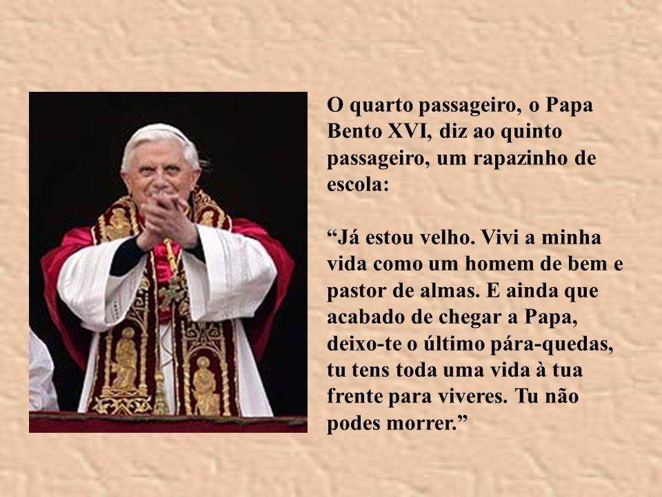 O quarto passageiro, o Papa Bento XVI, diz ao quinto passageiro, um rapazinho de escola: