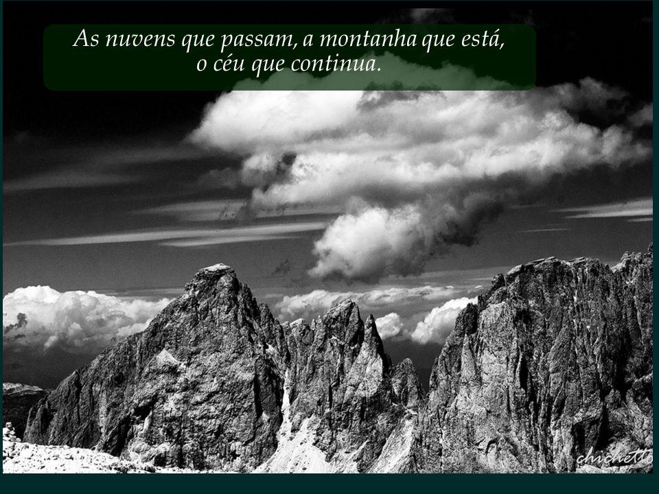 As nuvens que passam, a montanha que está,