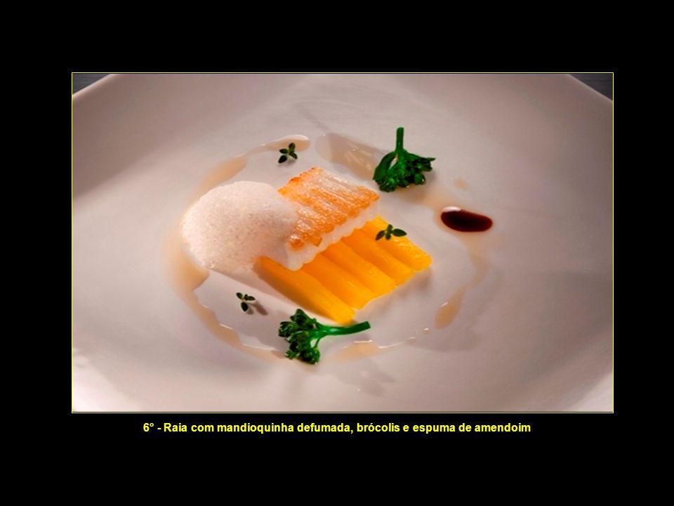 6° - Raia com mandioquinha defumada, brócolis e espuma de amendoim