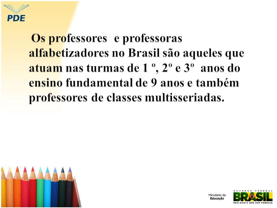 Os professores e professoras alfabetizadores no Brasil são aqueles que atuam nas turmas de 1 º, 2º e 3º anos do ensino fundamental de 9 anos e também professores de classes multisseriadas.