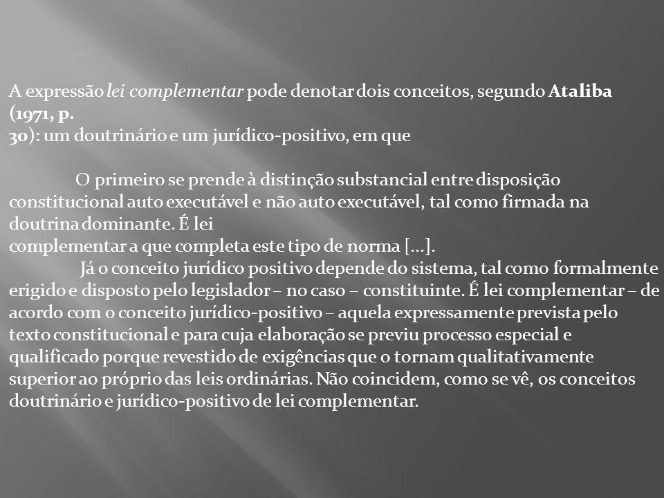 A expressão lei complementar pode denotar dois conceitos, segundo Ataliba (1971, p.