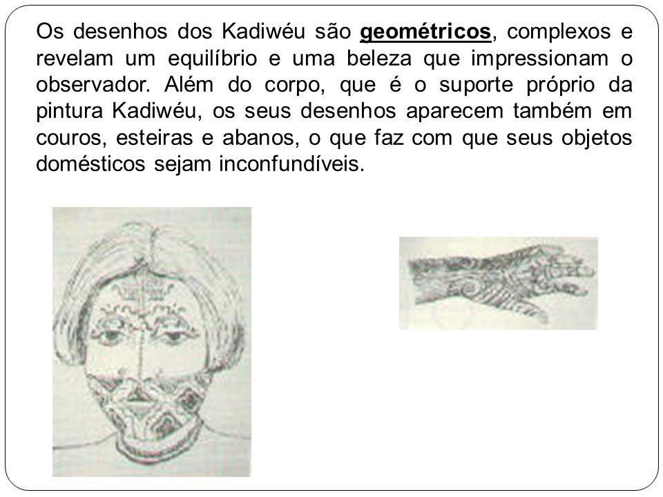 Os desenhos dos Kadiwéu são geométricos, complexos e revelam um equilíbrio e uma beleza que impressionam o observador. Além do corpo, que é o suporte próprio da pintura Kadiwéu, os seus desenhos aparecem também em couros, esteiras e abanos, o que faz com que seus objetos domésticos sejam inconfundíveis.