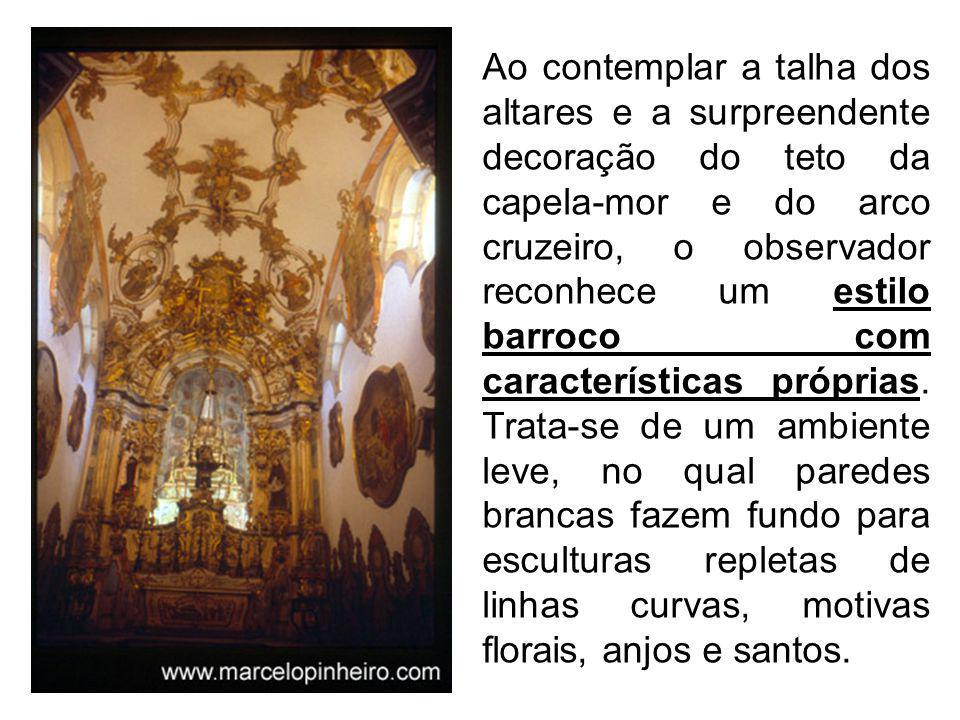 Ao contemplar a talha dos altares e a surpreendente decoração do teto da capela-mor e do arco cruzeiro, o observador reconhece um estilo barroco com características próprias.