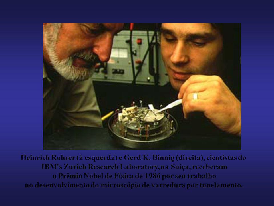 Heinrich Rohrer (à esquerda) e Gerd K. Binnig (direita), cientistas do
