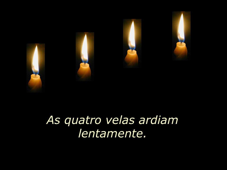 As quatro velas ardiam lentamente.