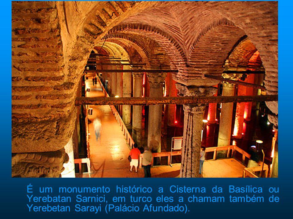 É um monumento histórico a Cisterna da Basílica ou Yerebatan Sarnici, em turco eles a chamam também de Yerebetan Sarayi (Palácio Afundado).