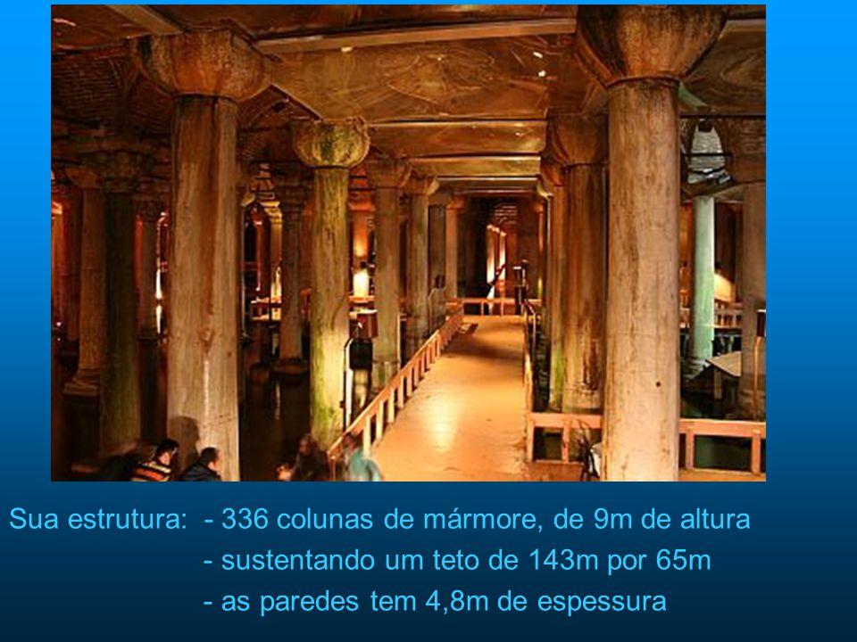 Sua estrutura: - 336 colunas de mármore, de 9m de altura