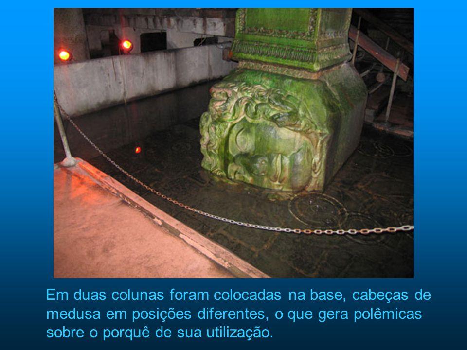 Em duas colunas foram colocadas na base, cabeças de medusa em posições diferentes, o que gera polêmicas sobre o porquê de sua utilização.