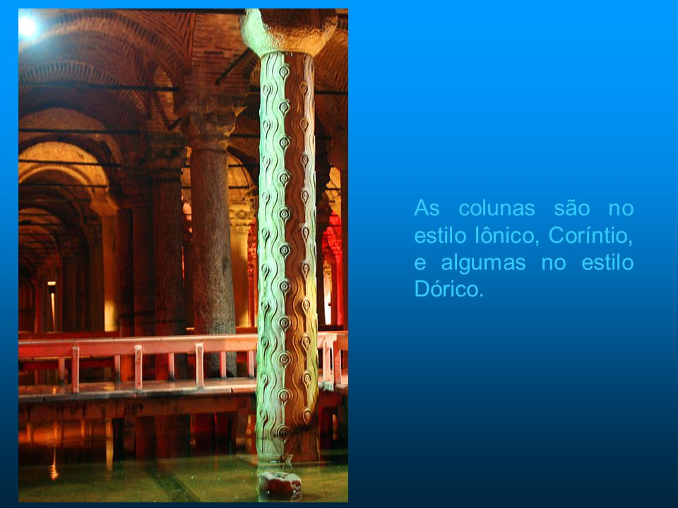 As colunas são no estilo Iônico, Coríntio, e algumas no estilo Dórico.