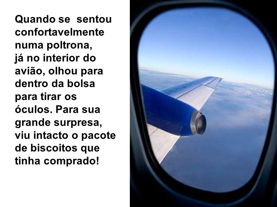 Quando se sentou confortavelmente numa poltrona, já no interior do avião, olhou para dentro da bolsa para tirar os óculos.