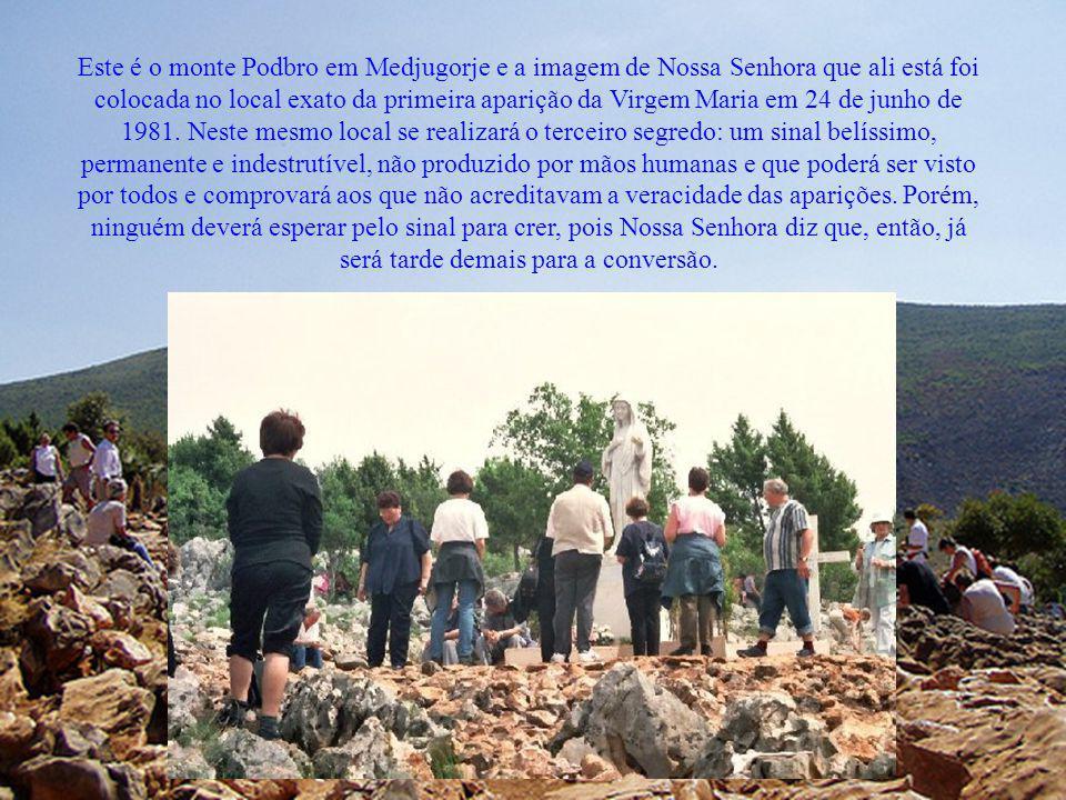 Este é o monte Podbro em Medjugorje e a imagem de Nossa Senhora que ali está foi colocada no local exato da primeira aparição da Virgem Maria em 24 de junho de 1981.