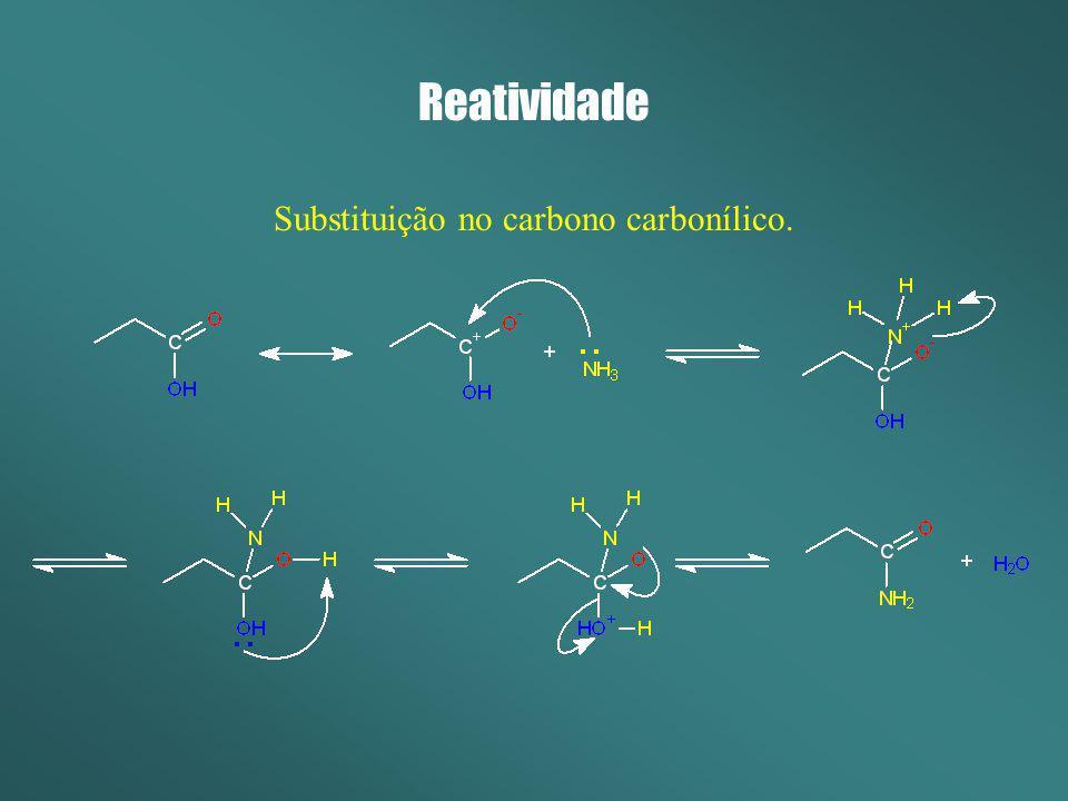 Substituição no carbono carbonílico.