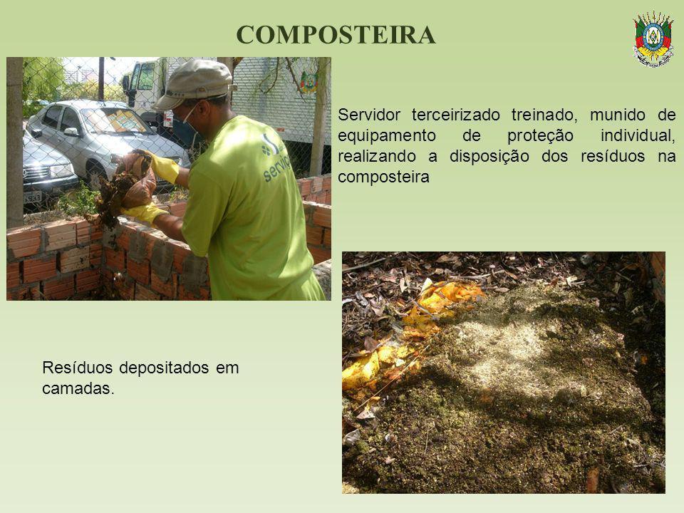 COMPOSTEIRA Servidor terceirizado treinado, munido de equipamento de proteção individual, realizando a disposição dos resíduos na composteira.
