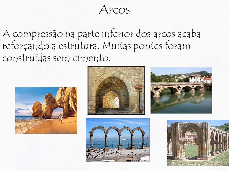 Arcos A compressão na parte inferior dos arcos acaba reforçando a estrutura.