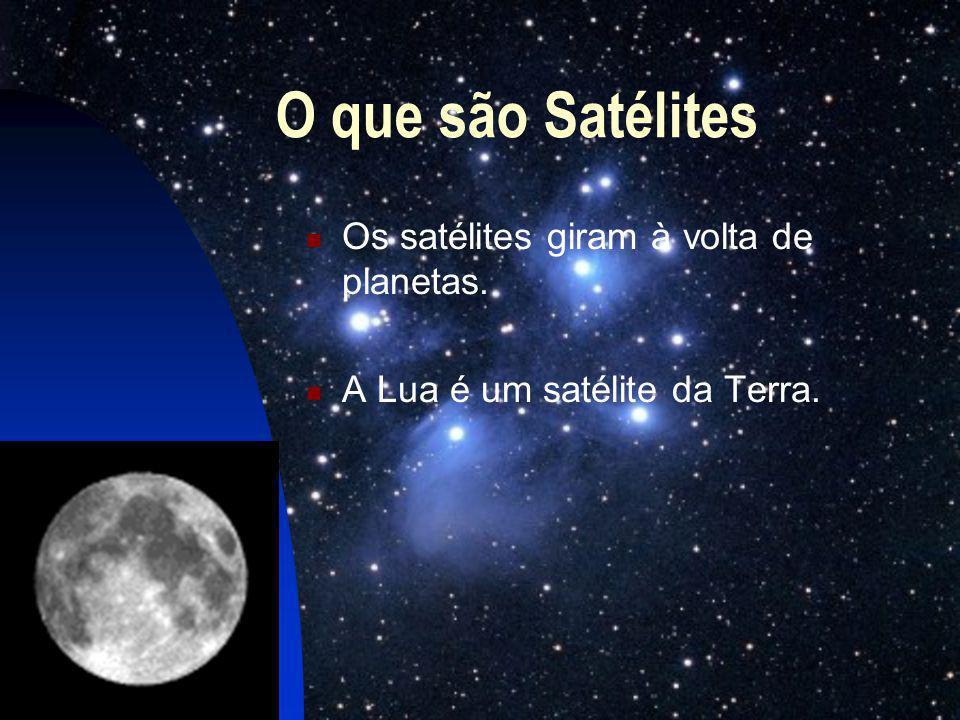 O que são Satélites Os satélites giram à volta de planetas.