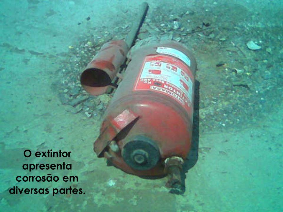 O extintor apresenta corrosão em diversas partes.