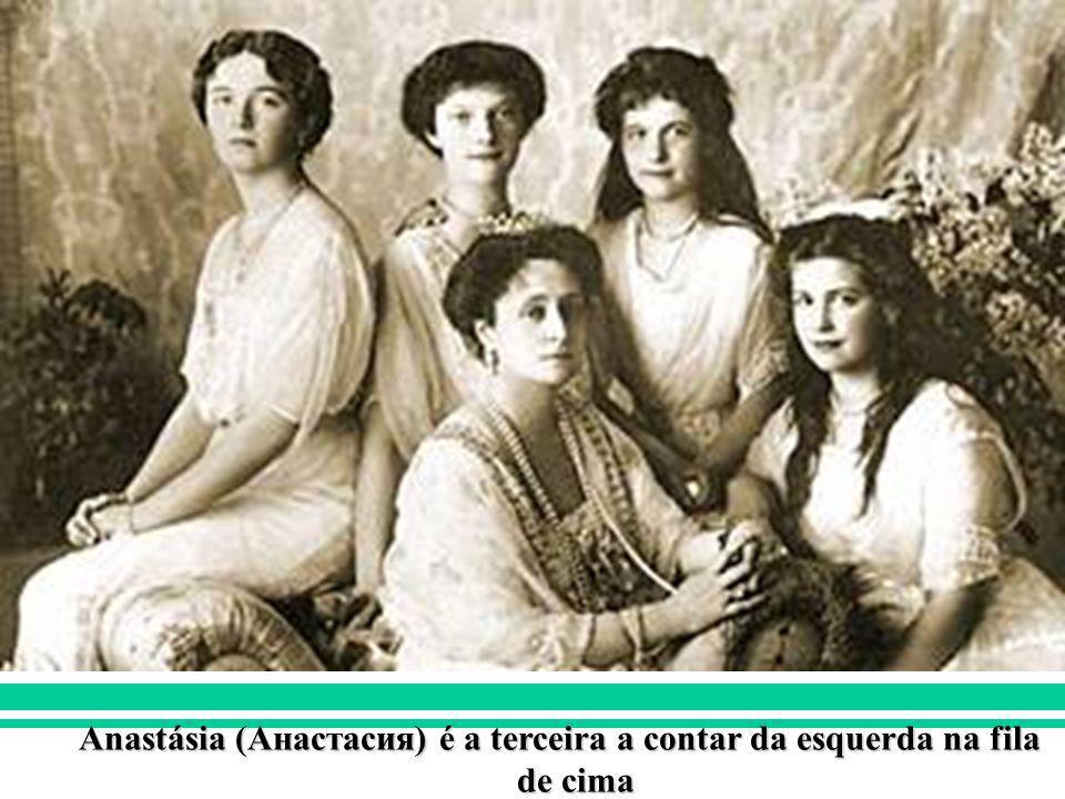 Anastásia (Анастасия) é a terceira a contar da esquerda na fila de cima