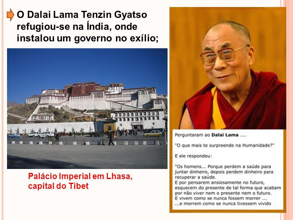 O Dalai Lama Tenzin Gyatso refugiou-se na Índia, onde instalou um governo no exílio;