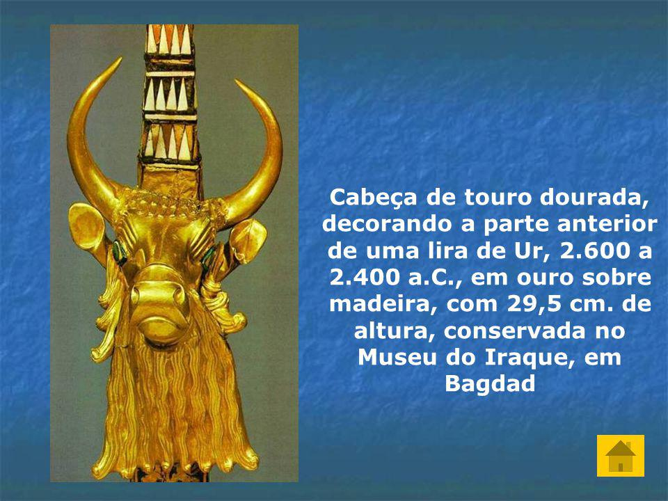 Cabeça de touro dourada, decorando a parte anterior de uma lira de Ur, 2.600 a 2.400 a.C., em ouro sobre madeira, com 29,5 cm.