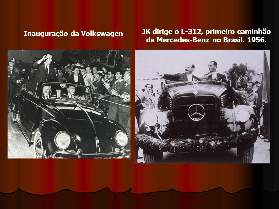 JK dirige o L-312, primeiro caminhão da Mercedes-Benz no Brasil. 1956.