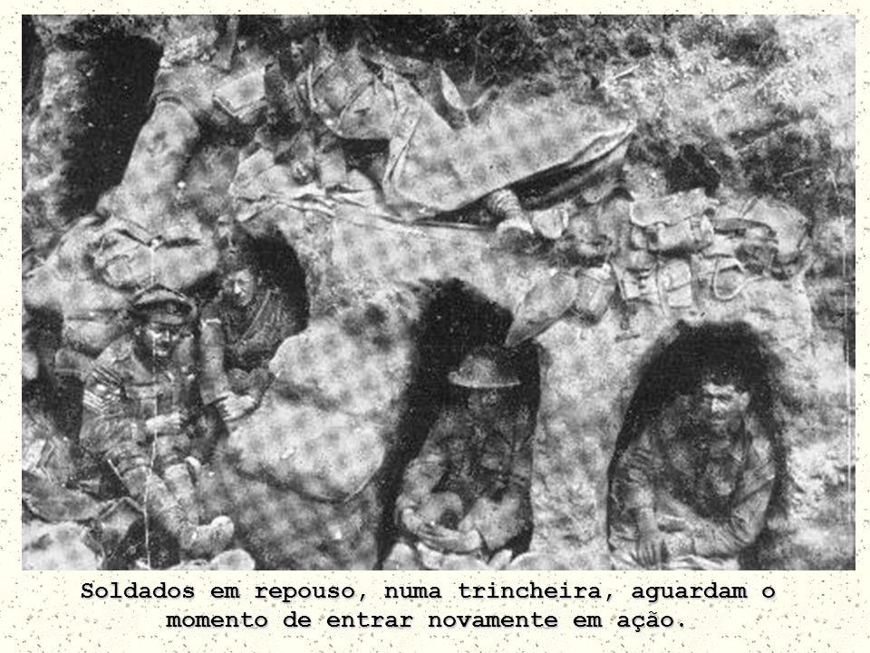 Soldados em repouso, numa trincheira, aguardam o momento de entrar novamente em ação.