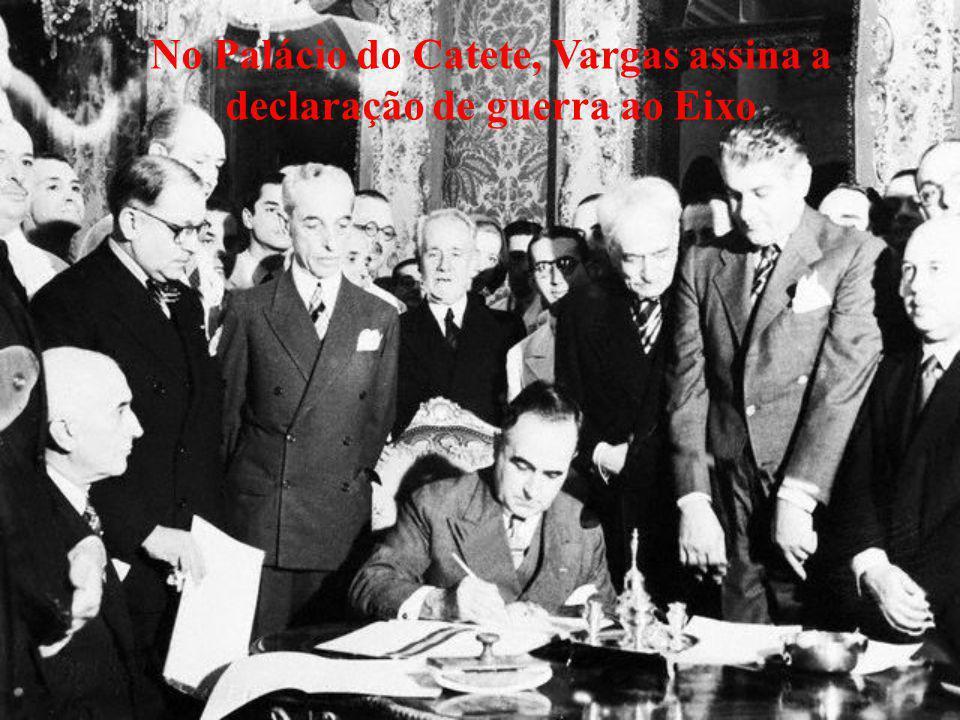 No Palácio do Catete, Vargas assina a declaração de guerra ao Eixo