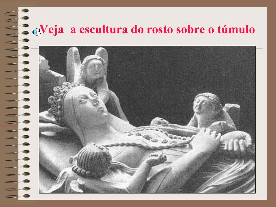 Veja a escultura do rosto sobre o túmulo