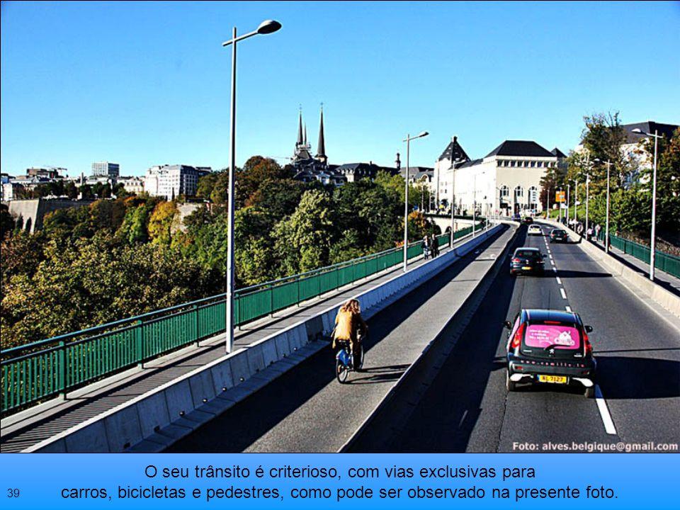 O seu trânsito é criterioso, com vias exclusivas para carros, bicicletas e pedestres, como pode ser observado na presente foto.
