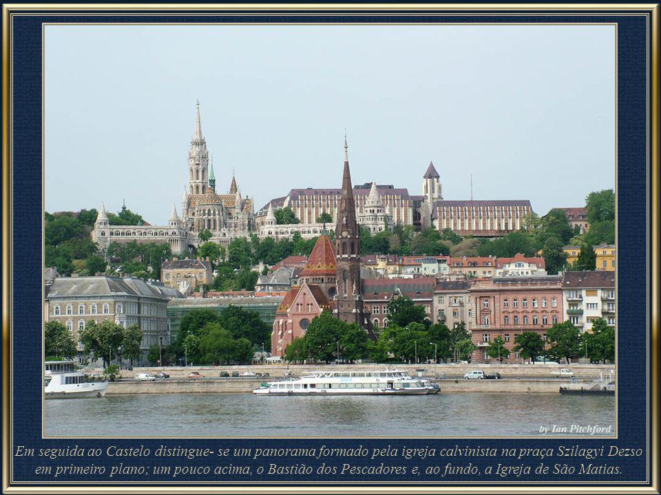 Em seguida ao Castelo distingue- se um panorama formado pela igreja calvinista na praça Szilagyi Dezso em primeiro plano; um pouco acima, o Bastião dos Pescadores e, ao fundo, a Igreja de São Matias.