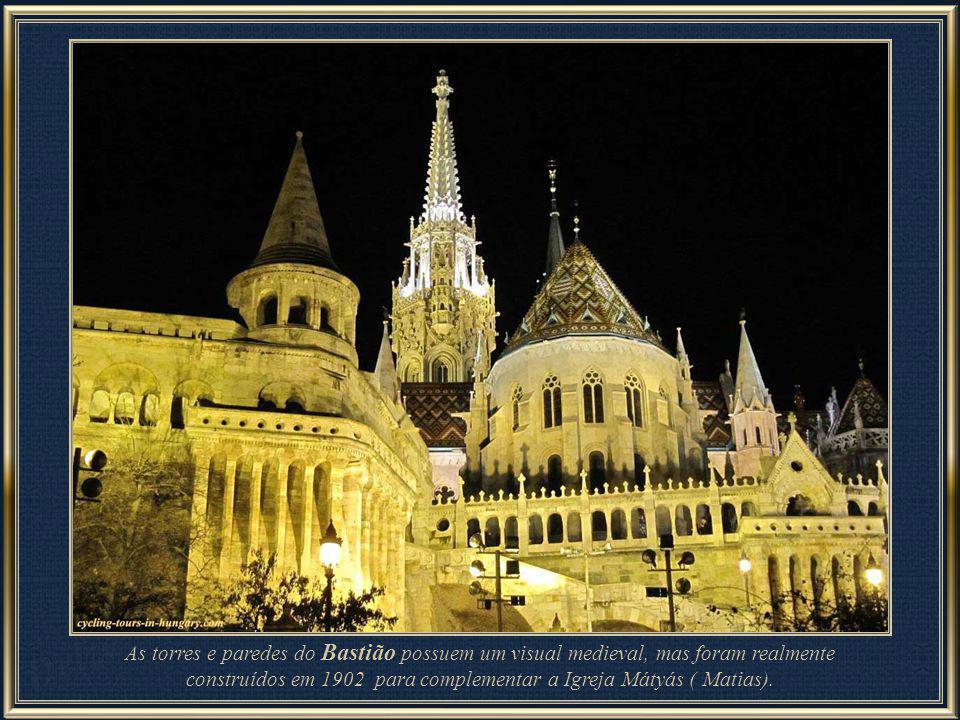 As torres e paredes do Bastião possuem um visual medieval, mas foram realmente construídos em 1902 para complementar a Igreja Mátyás ( Matias).
