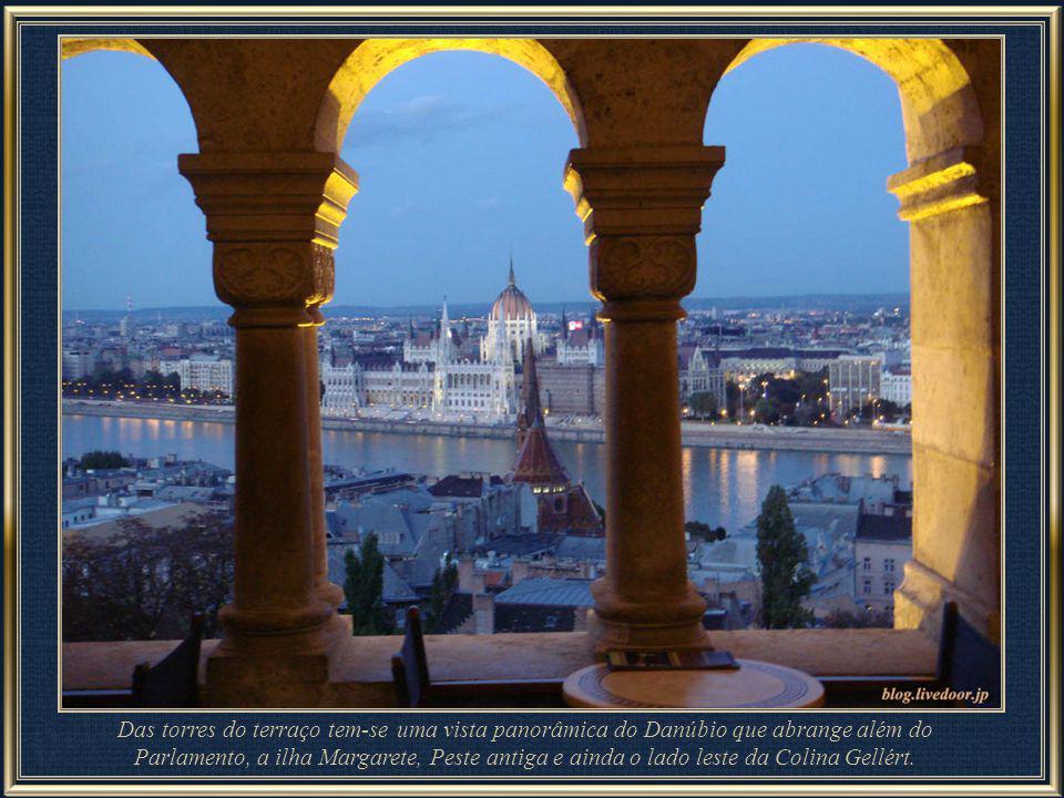 Das torres do terraço tem-se uma vista panorâmica do Danúbio que abrange além do Parlamento, a ilha Margarete, Peste antiga e ainda o lado leste da Colina Gellért.