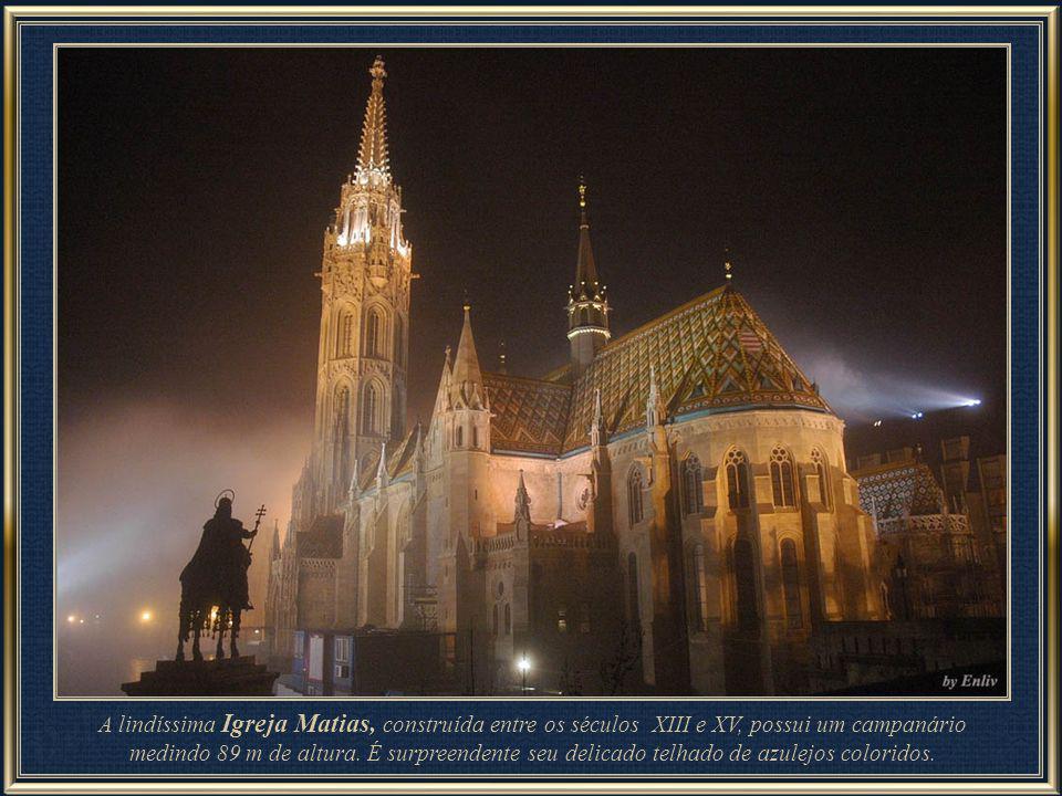 A lindíssima Igreja Matias, construída entre os séculos XIII e XV, possui um campanário medindo 89 m de altura.