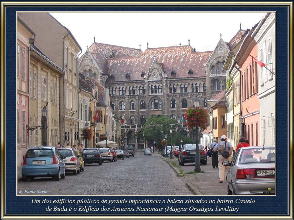 Um dos edifícios públicos de grande importância situados em Buda Castle é o The National Archives building (Magyar Országos Levéltár)