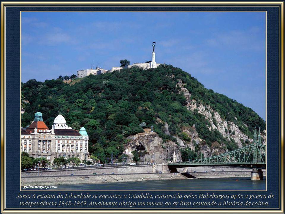 Junto à estátua da Liberdade se encontra a Citadella, construída pelos Habsburgos após a guerra de independência 1848-1849. Atualmente abriga um museu ao ar livre contando a história da colina.