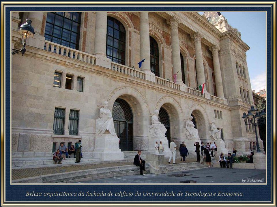 Beleza arquitetônica da fachada de edifício da Universidade de Tecnologia e Economia.
