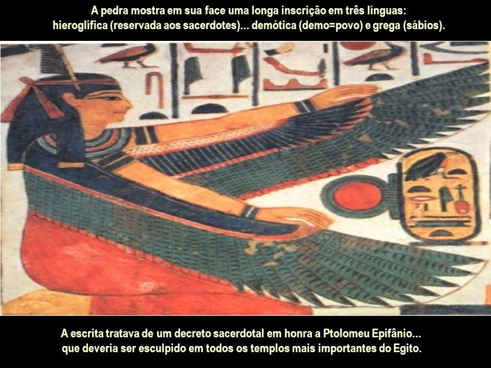 A pedra mostra em sua face uma longa inscrição em três línguas: