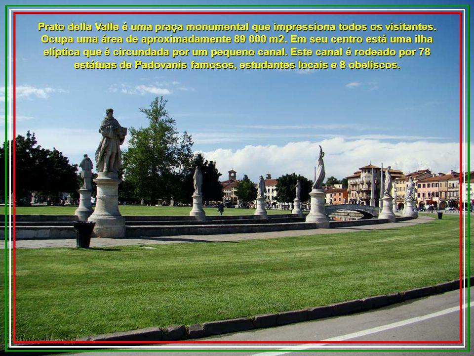 Prato della Valle é uma praça monumental que impressiona todos os visitantes.