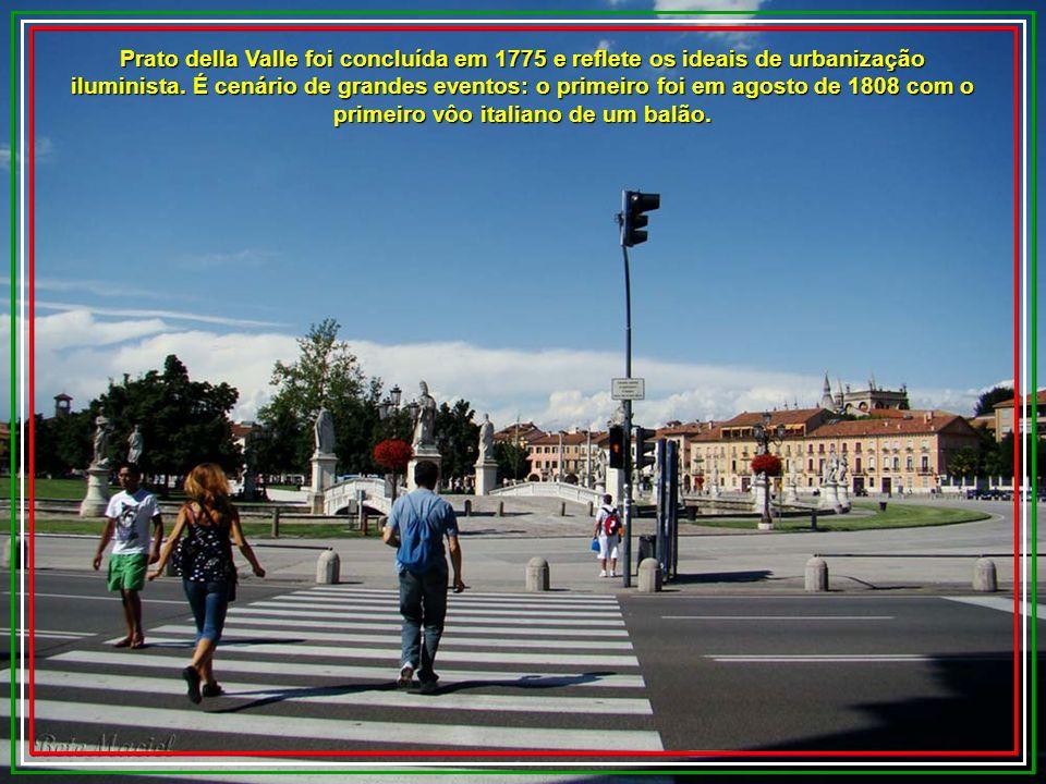 Prato della Valle foi concluída em 1775 e reflete os ideais de urbanização iluminista.