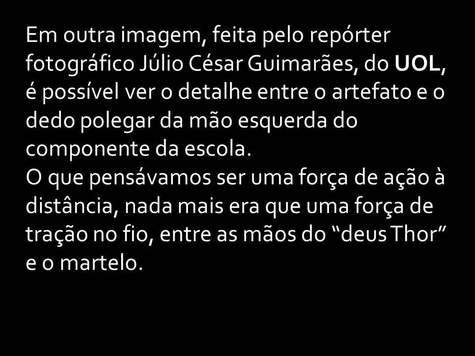 Em outra imagem, feita pelo repórter fotográfico Júlio César Guimarães, do UOL, é possível ver o detalhe entre o artefato e o dedo polegar da mão esquerda do componente da escola.