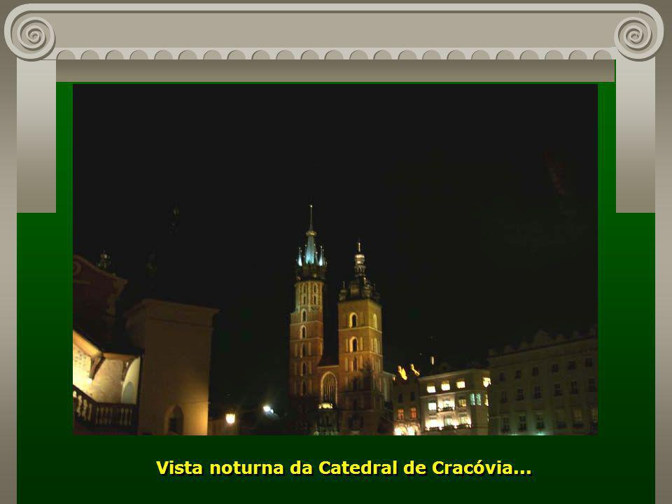 Vista noturna da Catedral de Cracóvia...