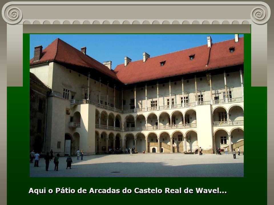 Aqui o Pátio de Arcadas do Castelo Real de Wavel...