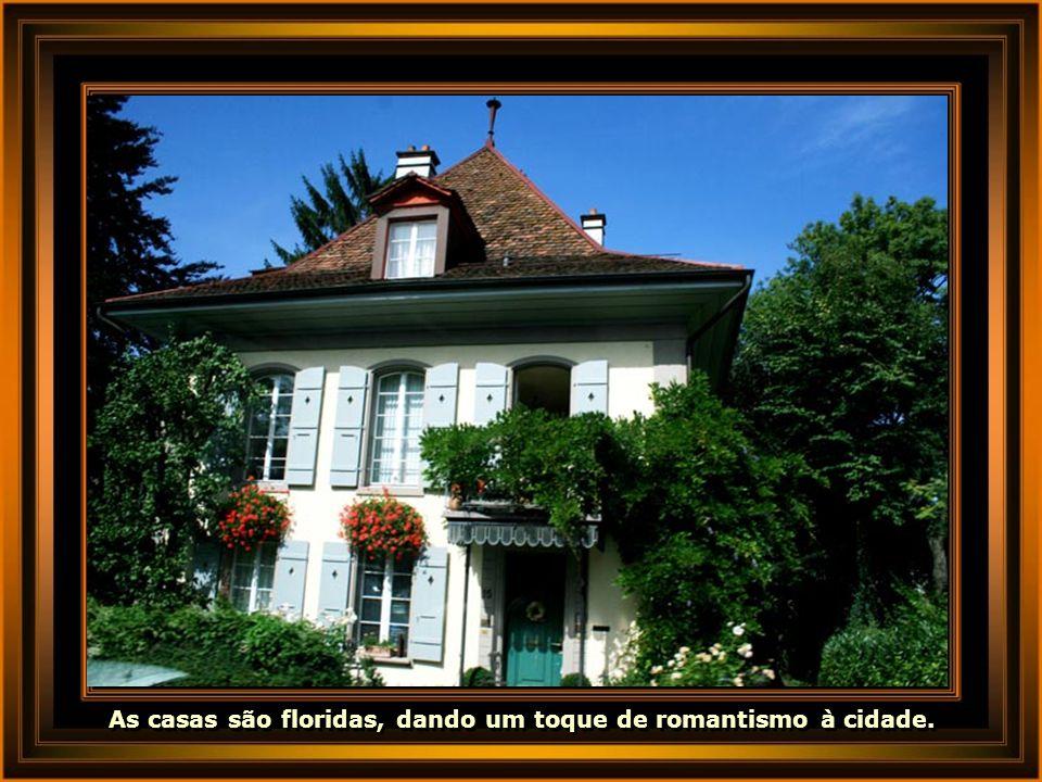 As casas são floridas, dando um toque de romantismo à cidade.