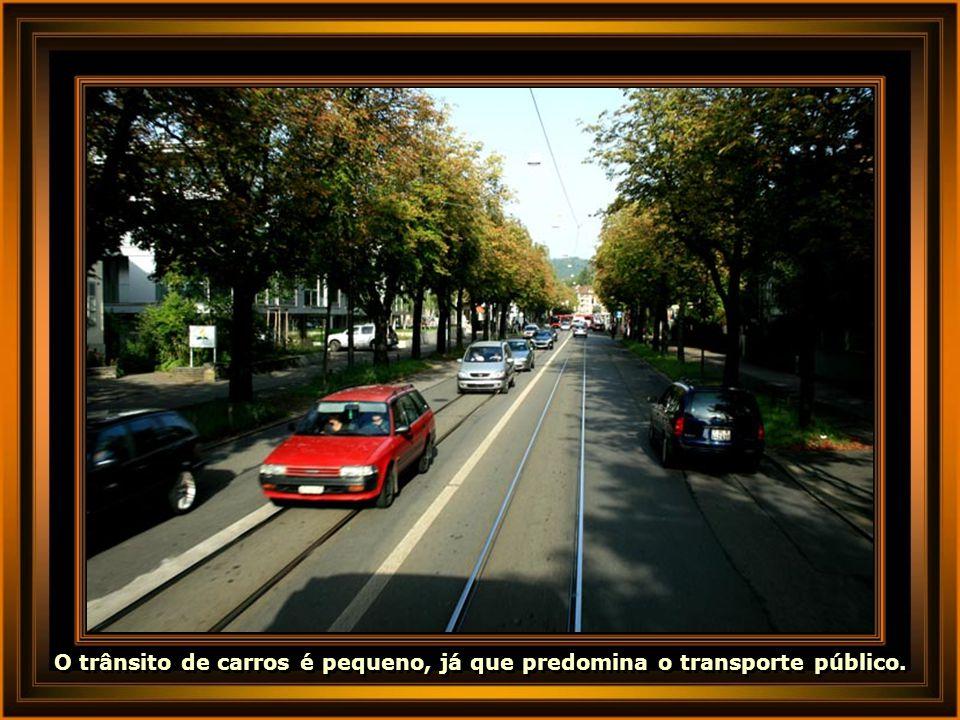 O trânsito de carros é pequeno, já que predomina o transporte público.
