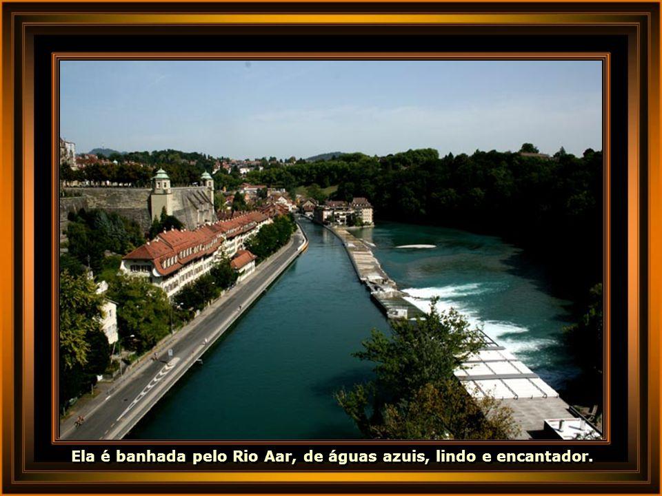 Ela é banhada pelo Rio Aar, de águas azuis, lindo e encantador.