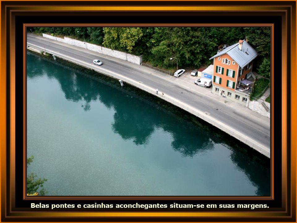 Belas pontes e casinhas aconchegantes situam-se em suas margens.