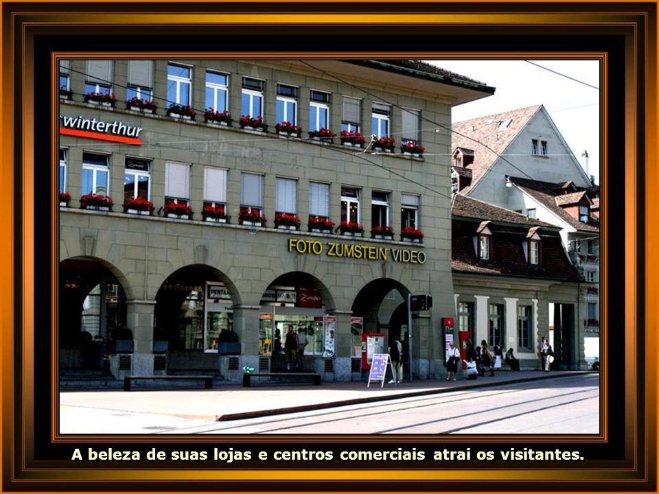 A beleza de suas lojas e centros comerciais atrai os visitantes.