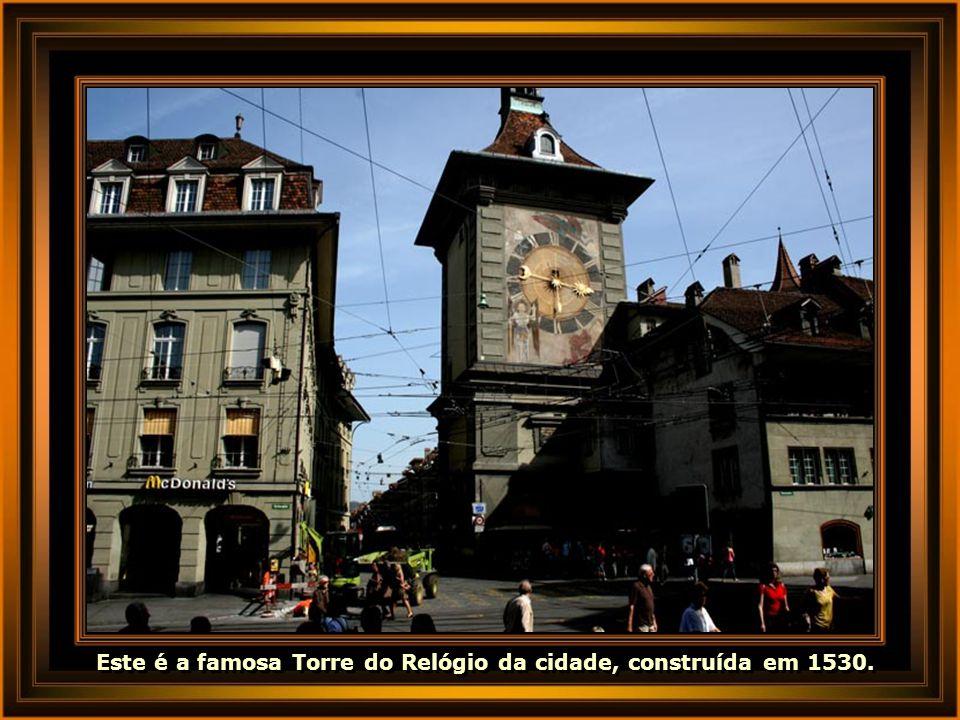 Este é a famosa Torre do Relógio da cidade, construída em 1530.