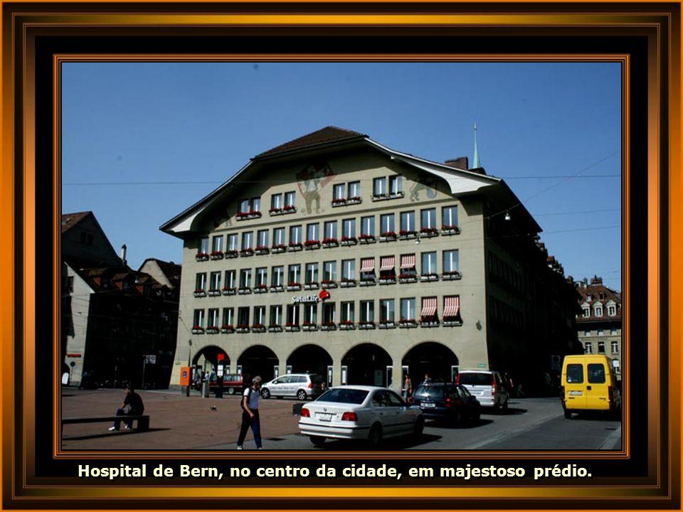 Hospital de Bern, no centro da cidade, em majestoso prédio.