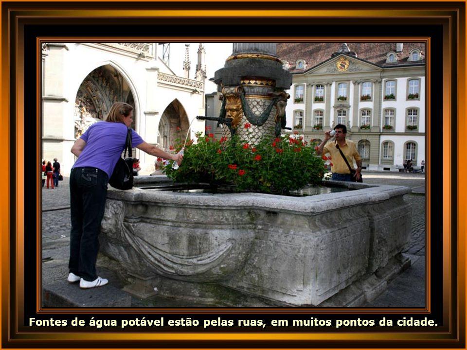 Fontes de água potável estão pelas ruas, em muitos pontos da cidade.